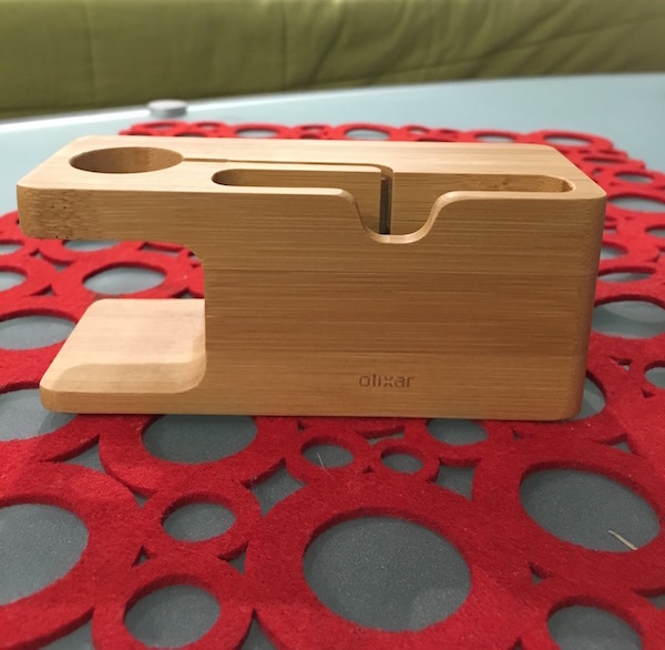 review-olixar-apple-watch-stand-iphone-wooden-2