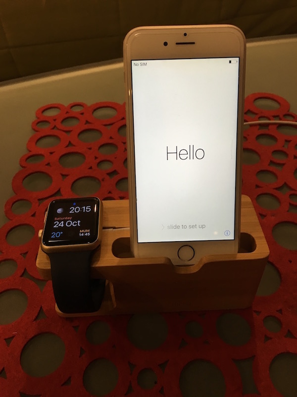 review-olixar-apple-watch-stand-iphone-wooden-7